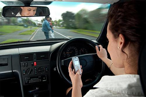Sử dụng điện thoại khi lái xe là một trong những nguyên nhân gây tai nạn